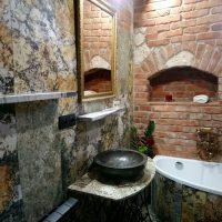 Łazienka, kompozycja granitu i cegły
