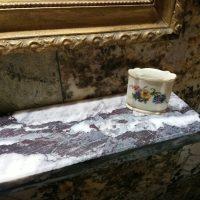 Półka do łazienki Kamień: Lilak gr. 3 cm - Montaż i obróbka: Rekonstrukcja, Paweł Walcher, Proj. Judyta Papp 2020 ©