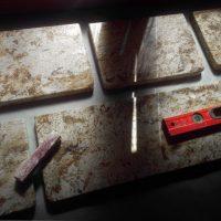 Półki na książki wykonane z granitu Arizona, proj.: Judyta Papp, real. Rekonstrukcja Paweł Walcher, 2020